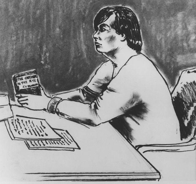 """Убийца Джона Леннона на пресудебных слушаниях в Уголовном суде Манхэттана зачитывает фрагменты из романа """"Над пропастью во ржи"""""""