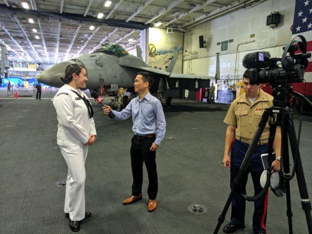 Phóng viên BBC News Tiếng Việt Ben Ngô tác nghiệp trên tàu sân bay USS Ronald Reagan