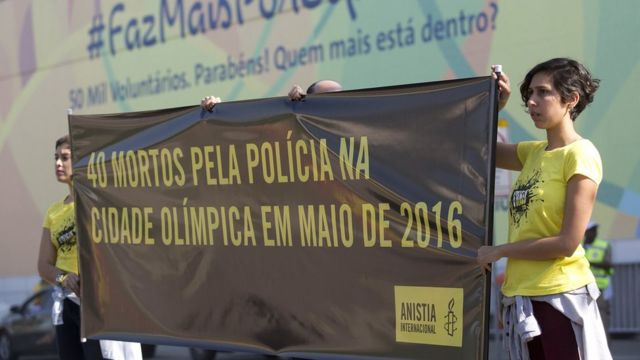 Protesta de activistas contra la actividad de la policía en Río