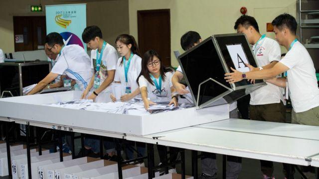 在澳門塔石體育館,工作人員把選票從投票箱倒出(新華社圖片17/9/2017)