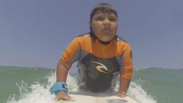 Davi, de 11 anos, surfando