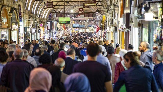 伊斯坦布尔的大集市,这里是世界上最大的非露天市场,共有4千多家商店,61条有顶棚遮盖的街道。
