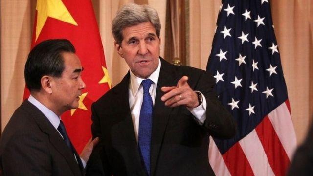 中国の王外相(左)とケリー米国務長官(23日、ワシントン)