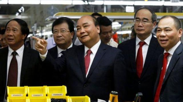 Thủ tướng Nguyễn Xuân Phúc, các chính khách hàng đầu cùng doanh nhân Phạm Nhật Vượng tại cơ sở chế tạo xe hơi Vinfast ở Hải Phòng hôm 14/6