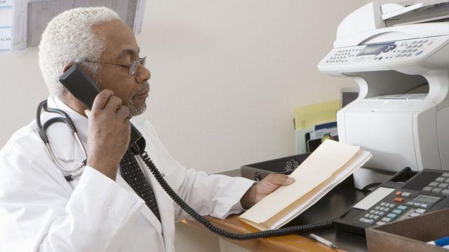 Médico consultando documentos