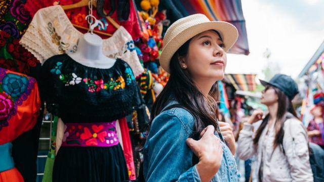 Una chica pasea por un mercado.