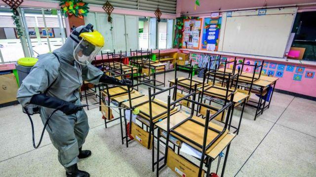 โรงเรียนแห่งหนึ่งในกรุงเทพมหานคร ฉีดพ่นน้ำยาทำความสะอาดภายในห้องเรียน เพื่อเตรียมพร้อมการกลับมาเปิดการเรียนการสอนอีกครั้งในวันที่ 1 ก.พ. นี้