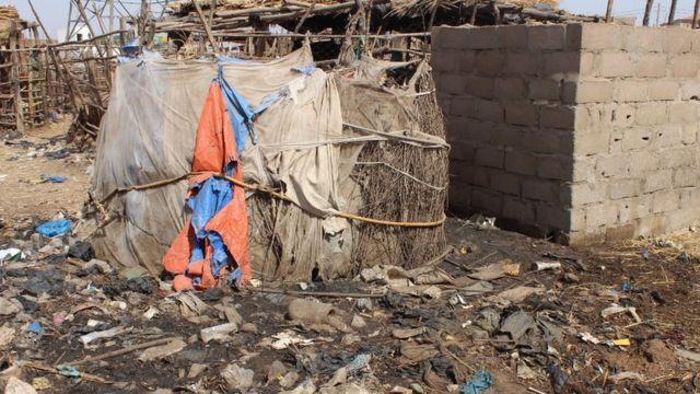 Une toilette de fortune dans les camps d'accueil des déplacés