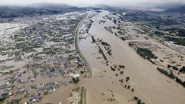 После проливных дождей реки затопили большие территории