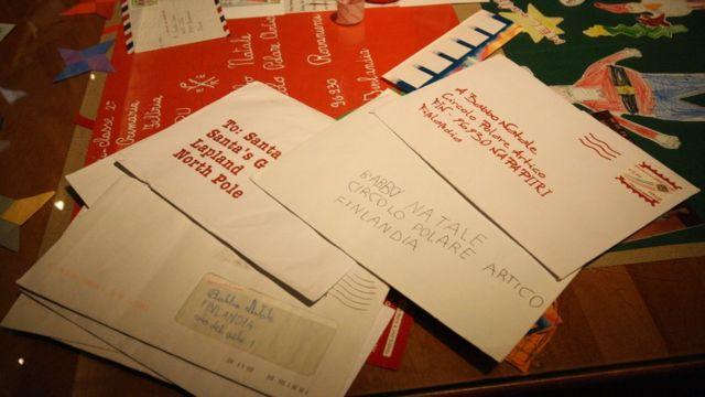 Cartinhas expostas no correio oficial do Papai Noel