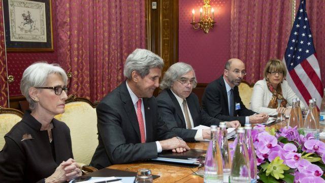 وندی شرمن - نفر چپ - در جریان مذاکرات مارس ۲۰۱۵ در لوزان سوئیس با نمایندگان ایران