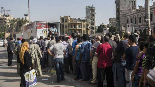 طوابير لشراء السلع في مصر