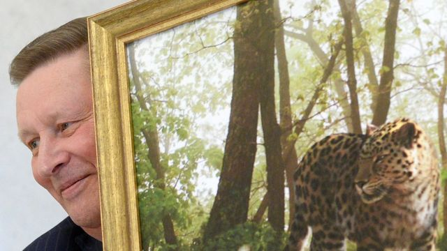 Бывший глава администрации президента России Сергей ИвановСергей Иванов с картиной, изображающей леопарда