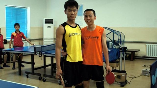 탁구 단체전에서 리철성(오른쪽), 마유철 선수가 홍콩을 3대 0으로 이겨 은메달을 획득했다