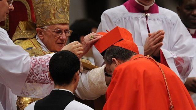 Cerimônia de nomeação de Raymond Burke como cardeal pelo Papa Bento 16 em 2010