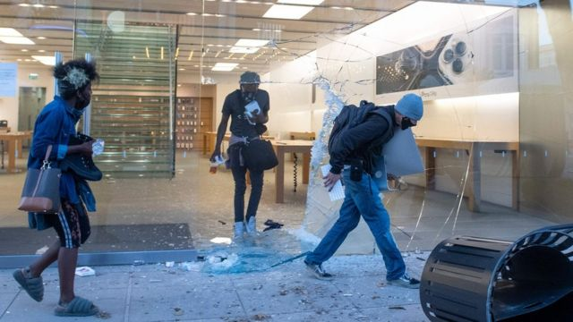 People are seen looting the Apple store at the Grove shopping centre in the Fairfax District of Los Angeles on May 30, 2020