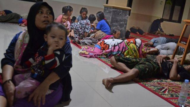Sejumlah warga mengungsi ke Masjid Jami Al-Mu'min di Kampung Laba, Kecamatan Labuan, Pandeglang, Banten, Sabtu (22/12/2018) malam