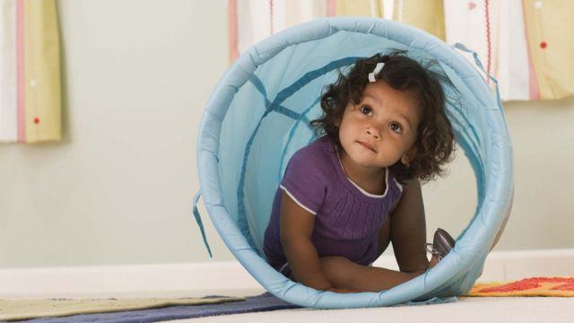 Criança brincando em pré-escola, em foto de arquivo