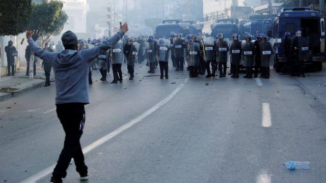 متظاهر في مواجهة قوات الأمن