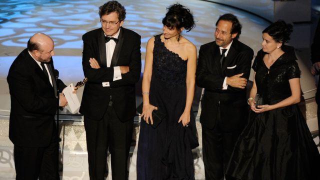 """El momento en el que parte del elenco y el director de """"El secreto de sus ojos"""" recibe la estatuilla del Oscar."""