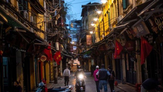 Phố du lịch ở Hà Nội giờ vắng vẻ vì dịch Covid-19
