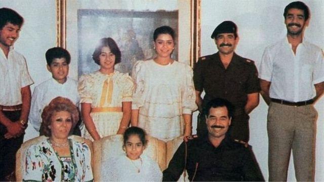 Sawir la qaaday November 1988, oo muujinaya Saddaam Xuseen iyo qoyskiisa