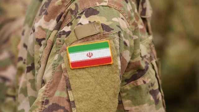 Hombre con el uniforme militar de Irán.