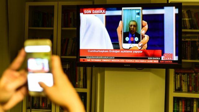 El presidente de Turquía, Recep Tayyip Erdogan, habló en CNN Turk vía Facetime. Aseguró que seguía en ejercicio de su cargo e instó a sus partidarios a reunirse en las plazas públicas y aeropuertos.