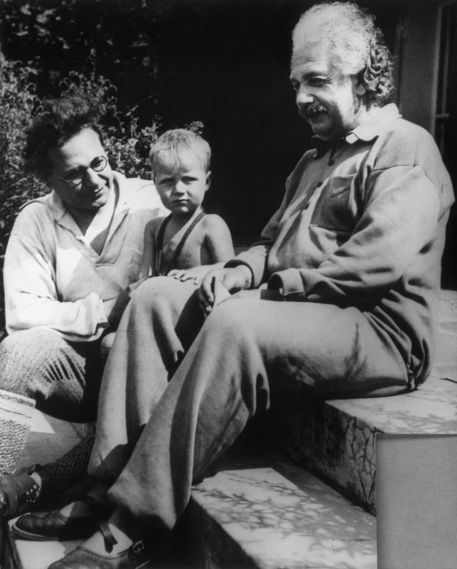 آلبرت انیشتین در سال ۱۹۳۶، به همراه پسرش هانس آلبرت و نوه اش برنهارد