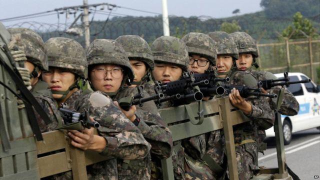南北朝鮮を分ける非武装地帯で輸送車両に乗る韓国軍兵士たち。2015年8月24日。