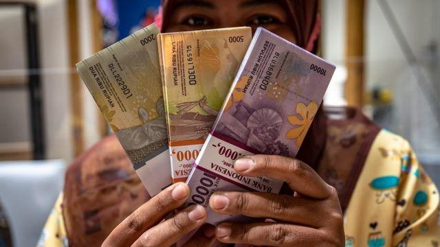 Idul Fitri: Tradisi pembagian uang ke anak-anak saat ...