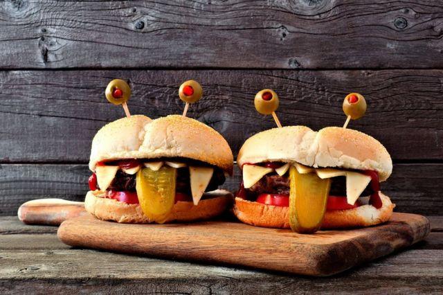 Dos hamburguesas imitando unas caras.
