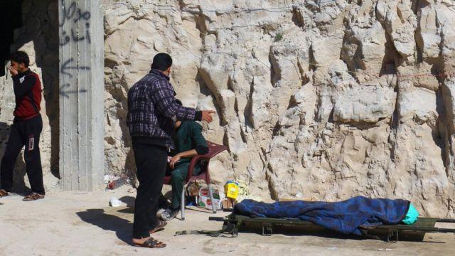 Un hombre muerto tapado tras el ataque.