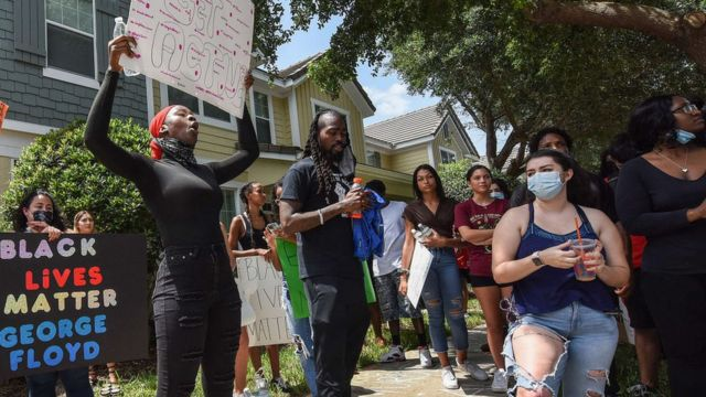 Menifestantes na frente de uma propriedade que Derek e Kellie Chauvin têm na cidade de Windermere (Flórida).