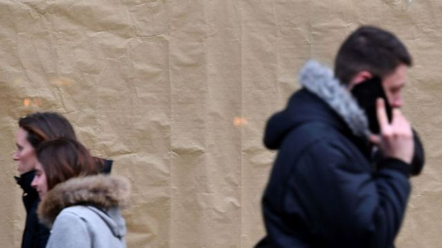 Peatones con teléfonos