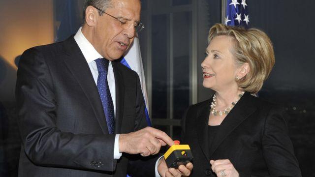 फ़ाइल - समझौते के व़क्र्त रूसी विदेश मंत्री सरगई लावरोव और अमरीकी विदेश मंत्री हिलेरी क्लिंटन