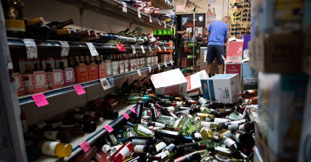 Botellas caídas en un supermercado.