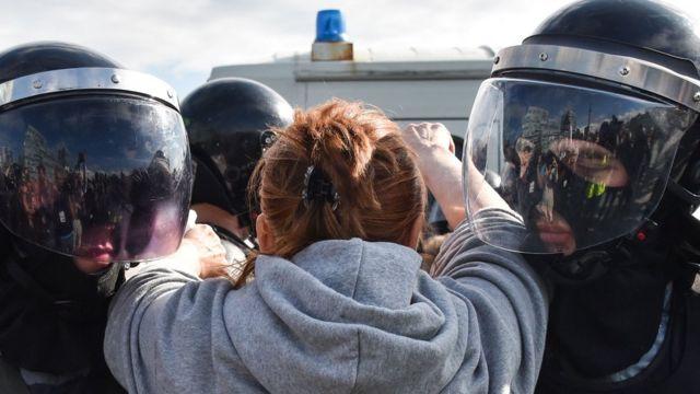 Полицейские задерживают женщину в Москве 3 августа