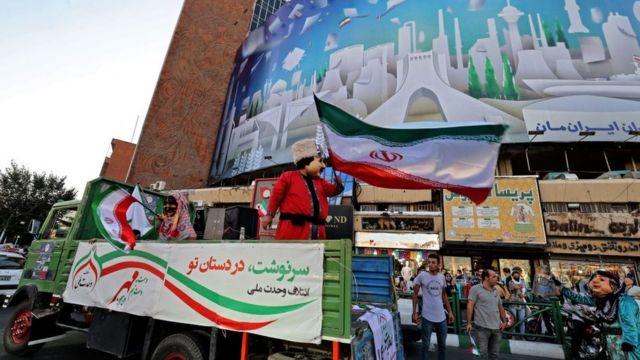 İran sokaklarında seçimlere katılımı artırmak için çalışmalar yürütülüyor.