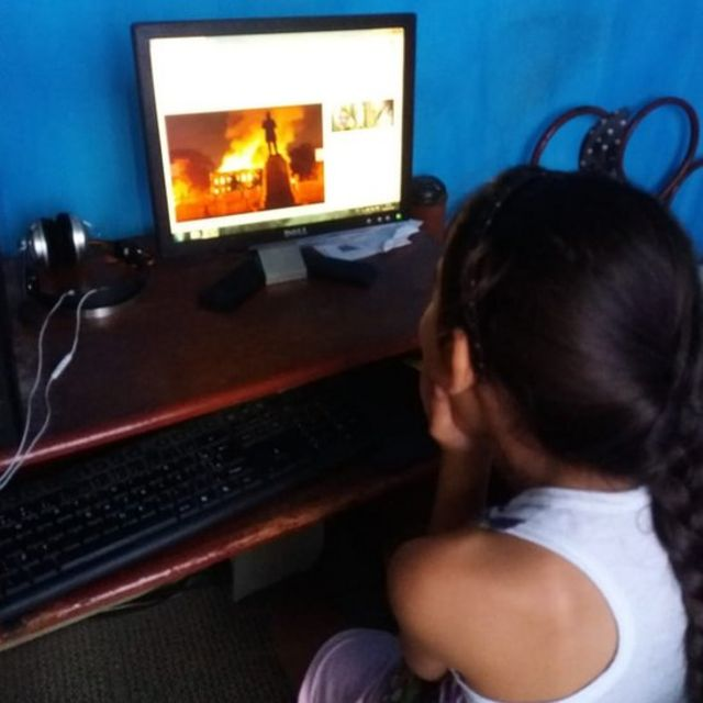 Menina vê imagem do museu em chamas