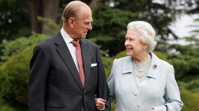 එලිසබෙත් රැජින සහ ෆිලිප් කුමරු 2007 දී බ්රෝඩ්ලන්ඩ්ස ප්රදේශයේ සක්මන් කරමින් Queen Elizabeth and Prince Philip walk at Broadlands in Romsey, 2007 / Copyright: PA