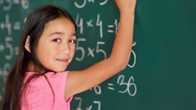 Devojčica piše po tabli