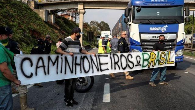 Caminhoneiros em bloqueio de rodovia Regis Bitencourt, em SP