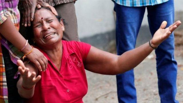 Жінка плаче
