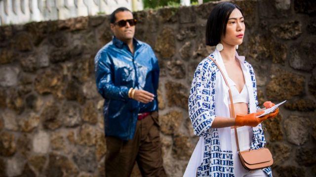 девушка в модном лифчике идет по улице