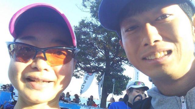 Shoji Morimoto com o cliente que completou uma maratona