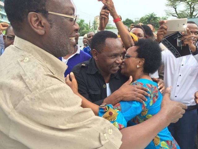 Viongozi wa Chadema wakipokelewa na ndugu na marafiki nje ya mahakama ua Kisutu, jijini Dar es salaam