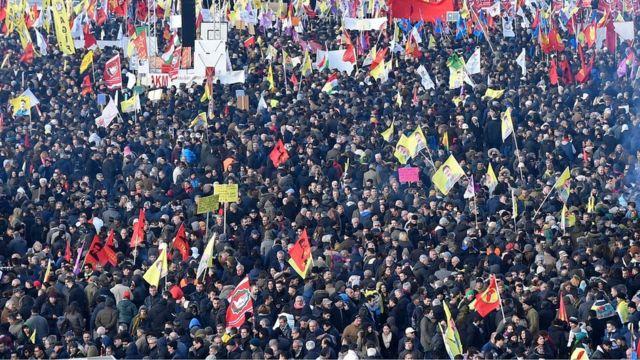 بعض التقديرات تشير إلى مشاركة 25 ألف شخص في مظاهرات كولونيا ضد الرئيس التركي رجب طيب اردوغان
