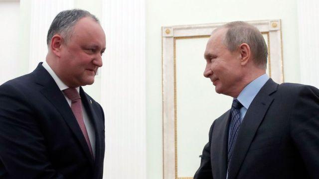 Igor Dodon i Putin se rukuju