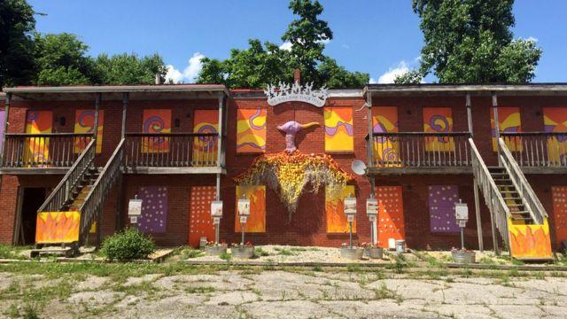 Un complejo edilicio fue pintado con el objetivo de embellecer el barrio Parkland.